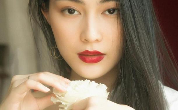Ngỡ ngàng Tống Khánh Linh khoe vẻ đẹp sang chảnh từ sự đơn giản