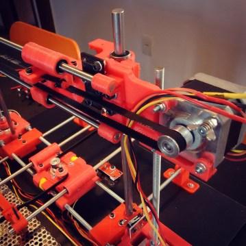 A impressora vermelha, que o Henrique e Amélia montaram durante o curso