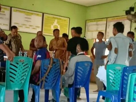 Suasana keributan di Kantor Desa Lobohede, Kecamatan Hawu Mehara, Kabupaten Sabu Raijua.(wacananews.co.id/veri)
