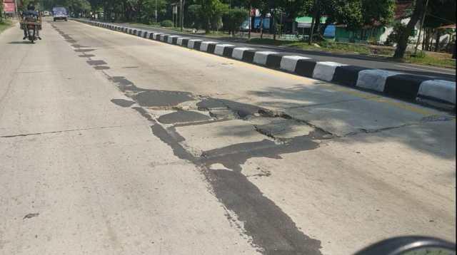 Kondisi Jalan Nasional Jombang berubang dan retak-retak. (wacananews.co.id/tyo)