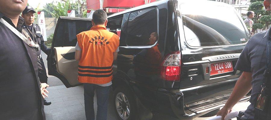 BS (Direktur Utama PT. DI) dan IRZ (Asisten Direktur Utama Bidang Bisnis Pemerintah PT.DI) dibawa menggunakan mobil dinas.(kpk.gp.id)