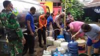 Tim Reaksi Cepat (TRC) BPBD Kabupaten Bogor mendistribusikan bantuan air bersih kepada warga terdampak kekeringan. (BPBD Kabupaten Bogor)