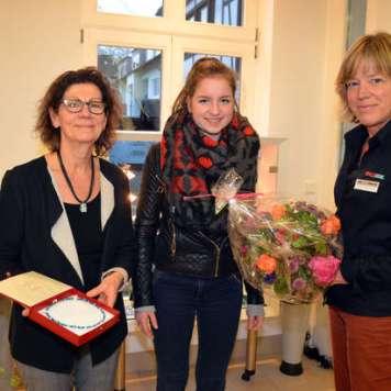 Marlies Badry mit dem Collier, Gewinnerin Mechthild Weber und Susanne Spangenberg von den Werdener Nachrichten.