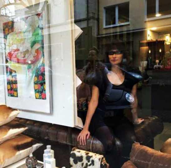 Lebendige Schufensterpuppen gab es bei der Eröffnung des Scarpoteca-Geschäfts.