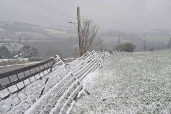 Schneezäune wie im Gebirge gibt es in Heidhausen. Die werden dort in jedem Herbst am Tüschener Weg aufgestellt, damit die Zufahrt für Linienbusse und Lkw zur Ruhrlandklinik auch bei einem heftigen Schneetreiben nicht zugeweht wird. Damit die Zäune ihre Wirkung richtig unter bweis stellen, muss es schon ein bisschen mehr schneien als am Montag. Aufn.: Wetzel