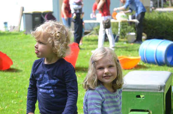 Hailey und Canedy gehörten zu den ersten Gästen des Spielplatzfestes am Heidhauser Platz.