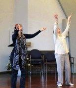 Beim Symposium Tanzgottesdienst erproben die Mitglieder unterschiedliche spirituelle Bewegungsformen.
