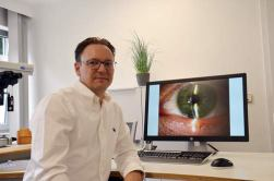 Augenarzt Christoph Wirtz in seiner neuen Praxis.