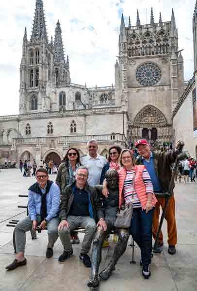 001_Die-Pilgergruppe-vor-der-Kathedrale-in-Burgos