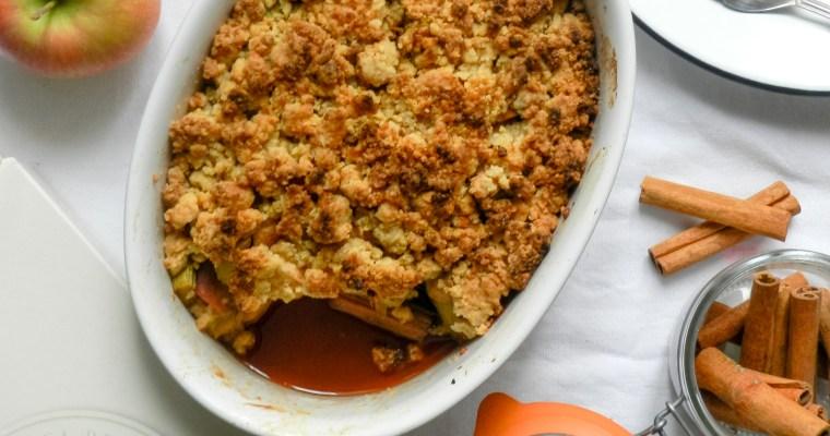 Crumble de rhubarbe, pommes à la cannelle et aux amaretti