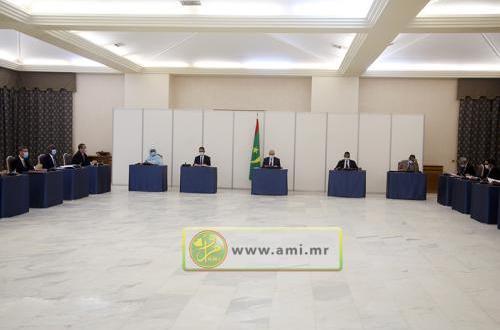 الحكومة تستعرض قرارات لجنة كورونا وتدرس التصدي للجراد