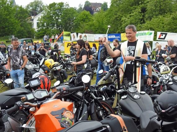 Jedes Bike wird gesegnet für ein weitere Jahr unfallfreien Fahrens.