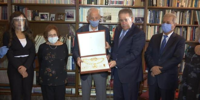 دبور سلم عائلة العالم الراحل زحلان وسام قلادة الكنعانيين الكبرى نيابة عن عباس