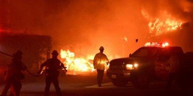 رجال الإطفاء في كاليفورنيا يسابقون الزمن لإخماد الحرائق