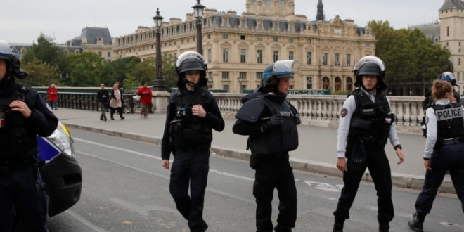 الشرطة الفرنسية تسيطر على رجل هدد أفرادها بسكينين