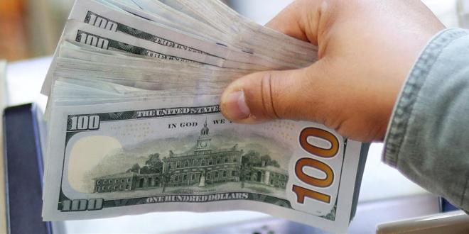 الدولار يسجل انخفاضاً في السوق السوداء.. إليكم سعره هذا المساء