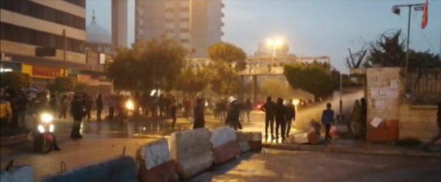 استمرار الاحتجاجات في طرابلس وامام مدخل السرايا ومسيرة راجلة وعلى الدراجات النارية جابت شوارع المدينة