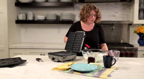 Belgian Waffle Maker with Pancake Plates (WAF-300) Demo Video