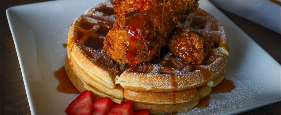 CHICKEN & WAFFLES + HOT HONEY SYRUP RECIPE | HOW TO MAKE CHICKEN & WAFFLES |