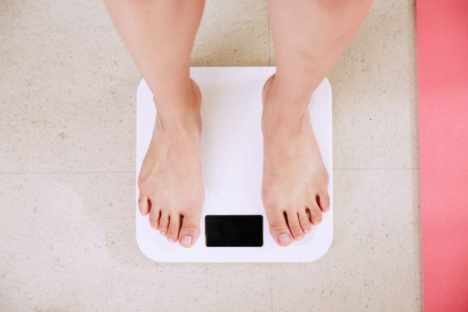 体重計にる男性