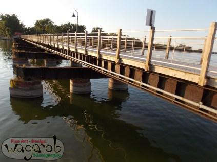 Un pont pédestre construit sur les anciennes rails