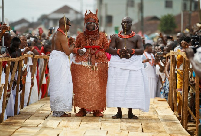 Newly crowned Oba of Benin Kingdom Eheneden Erediauwa is guided through a symbolic bridge by the palace chiefs during his coronation in Benin city, Nigeria October 20, 2016.REUTERS/Akintunde Akinleye TPX IMAGES OF THE DAY