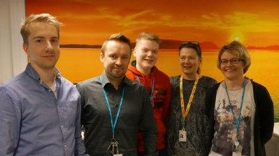 Veikkauksen asiakaspalvelutiimissä puhalletaan yhteen hiileen. Päivävuorosta kuvaan ehtivät Antti, Janne ja Auli. Toisena vasemmalta Pekka Yrjölä ja oikealla Satu Jussila.