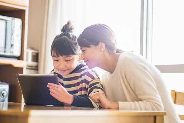 using-ipad-mom-daughter-GettyImages-901816632