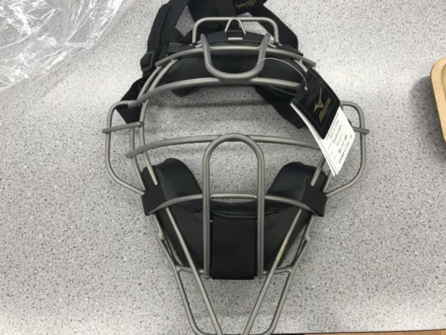 捕手・審判用マスクはSGマーク付きのみ使用できます。