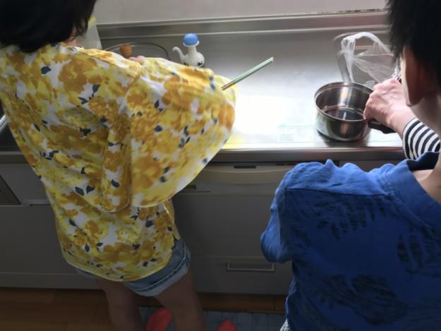 クレラップちゃん、料理の手伝いを張り切ってます!