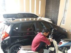 2 buah mobil Aguslan Busro yang terparkir di garasi.