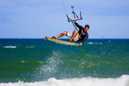 kite-boarder-wave-jumping-31080391