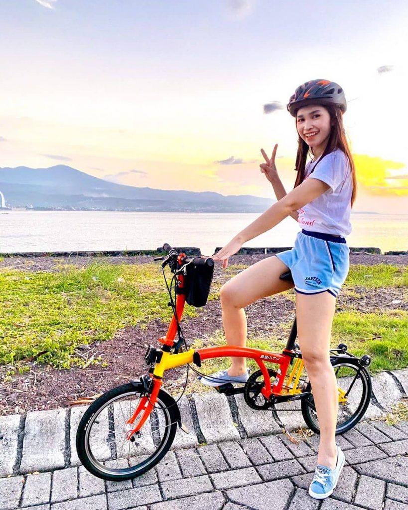 sepeda lipat merah kuning