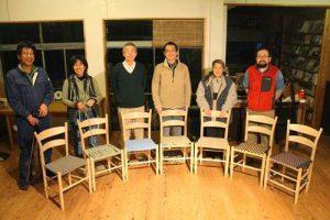 写真:完成したラダーバックチェアと参加者の記念撮影