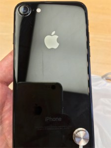 iPhone7ジェットブラックの背面写真です。