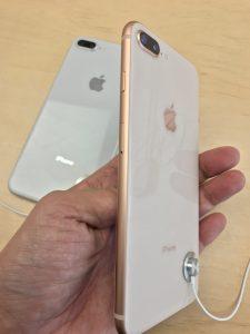 iPhone8Plusゴールドを横から。ゴールドはピンクっぽいね。