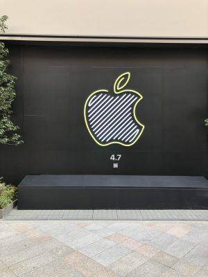 Apple新宿店カラフルなリンゴマーク別色