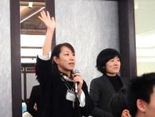 グラフィッカーの絹村さんが高校生グラフィッカーに賛辞を贈ります