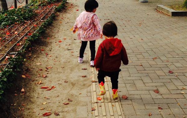 子供と長靴の写真