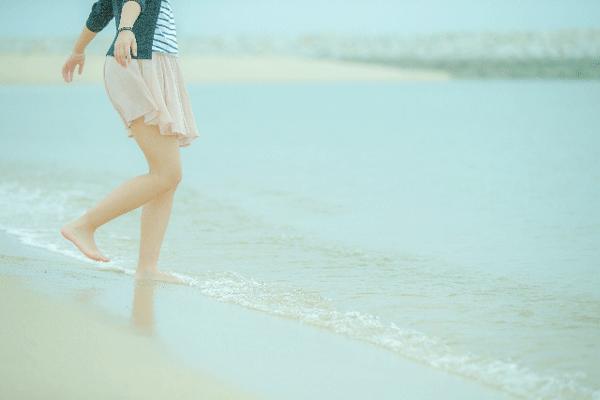海と女性の写真