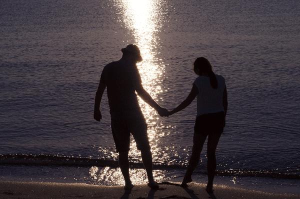 海辺のカップルの写真