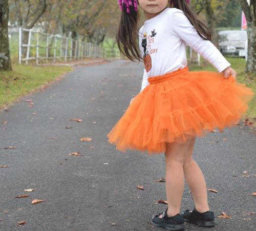 ハロウィンの女の子がかぼちゃのスカートをはいている画像
