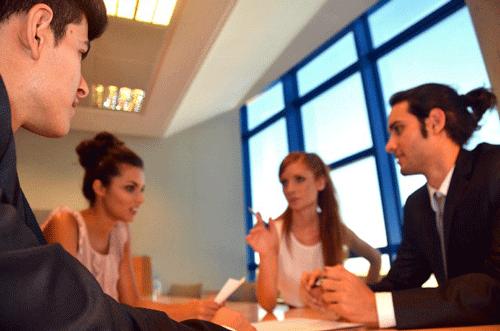 話し合いをする外国人の男性と女性たち