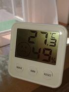 デジタル時計とカーテンの写真