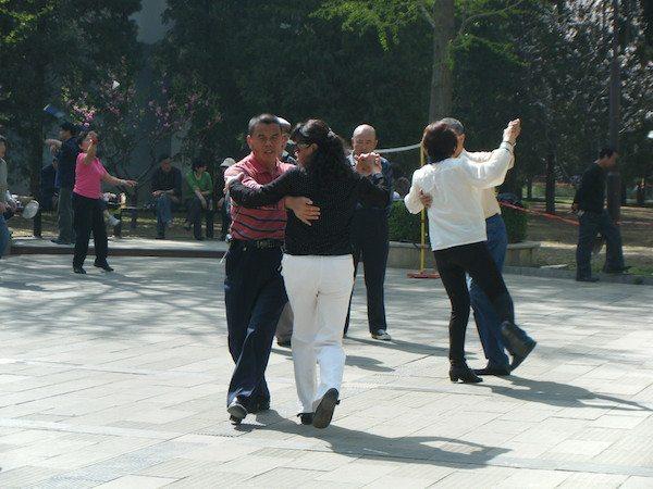 早朝と夜間の公園は中年・老年の憩いのダンス場