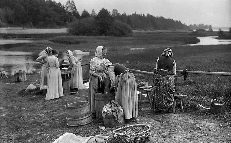 Swedish women washing clothes