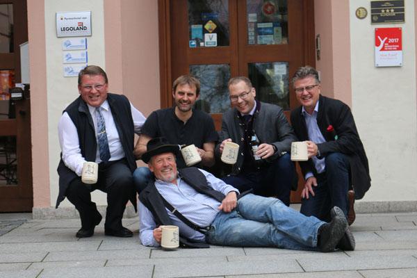Hans-Peter Rothe, Stefan Pilz (Leiter der Töpferei), Bernd Schramm (Klosterbrauerei Ursberg), Thomas Kerscher (Fa. Waldrian) und liegend Hansi Kraus (ewiger Lausbub)