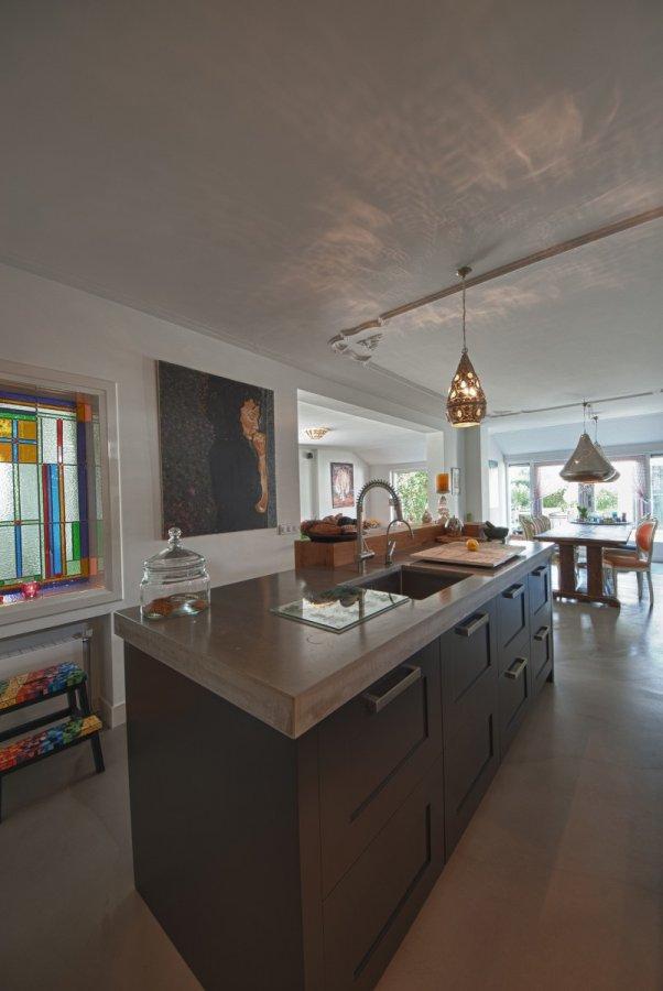 Donkere keuken met betonnen vloer  walhallacom
