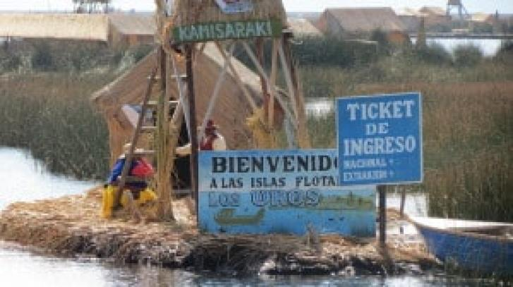 boating to the floating islands of the Uros people