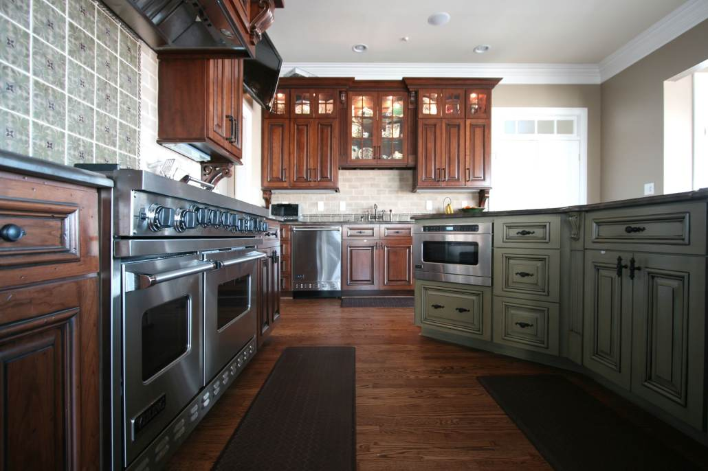 kitchen,island,double oven,paneled hood,decorative details,display cabinets,ideas